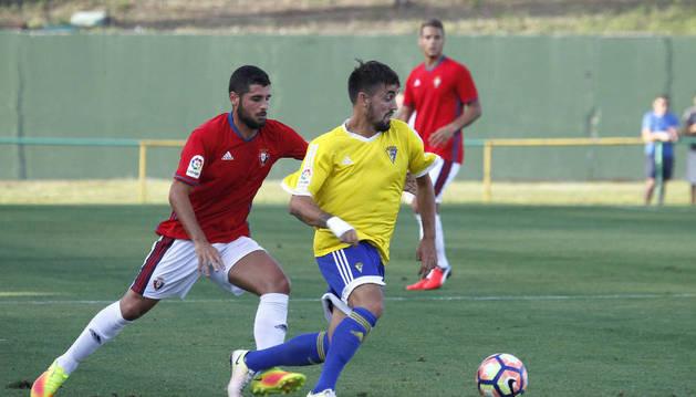 Un momento del encuentro amistoso que han disputado esta tarde el Cádiz y Osasuna, en el estadio gaditano de Los Barrios.