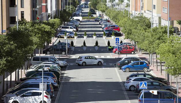 Vista general de la calle María Domínguez de Artica, cortada al tráfico en el tramo central con unas macetas.