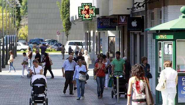 Ciudadanos transitando por la calle peatonal de García Ximenez, en el centro de Pamplona.
