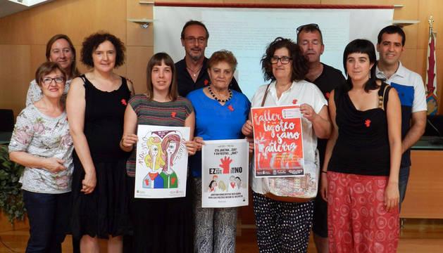 Representantes municipales y miembros de la comisión de Igualdad presentaron ayer la campaña.