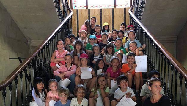 Los niños que han participado en la ludoteca, con las monitoras y sus solicitudes, en el ayuntamiento.
