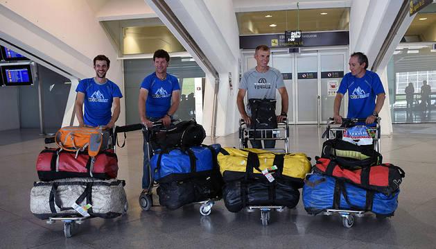 La expedición WOPeak, nada más aterrizar ayer en el aeropuerto de Loiu en su regreso de Pakistán.