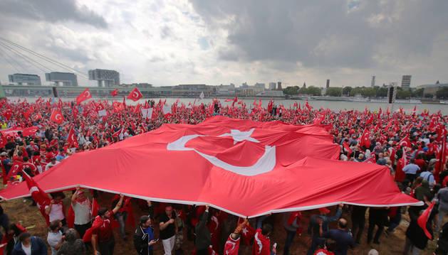 Erdogan muestra su fuerza en Alemania con una multitudinaria concentración