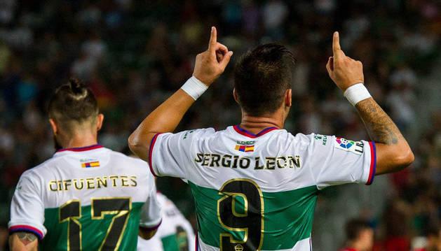 El delantero cordobés del Elche, Sergio León, celebra uno de los goles conseguidos con la camiseta de su equipo.