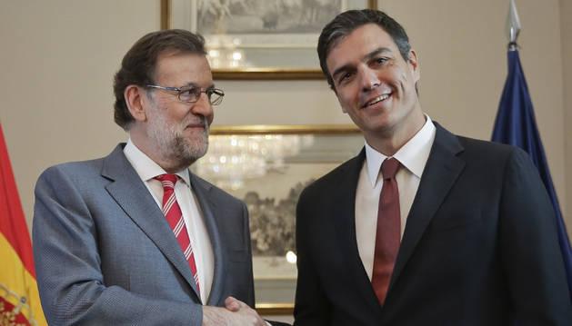 El presidente del Gobierno en funciones, Mariano Rajoy (i), y el secretario general del PSOE, Pedro Sánchez.