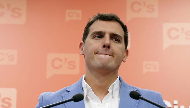 Rivera presiona a Sánchez para que se abstenga y se ofrece a