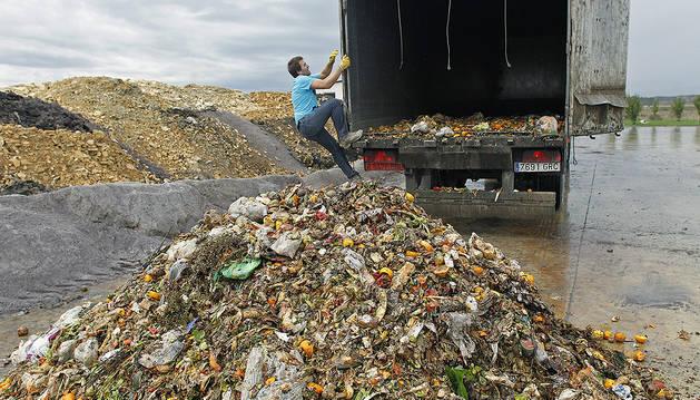Imagen de un camión cargado de materia orgánica para transportarla hasta las plantas de tratamiento.