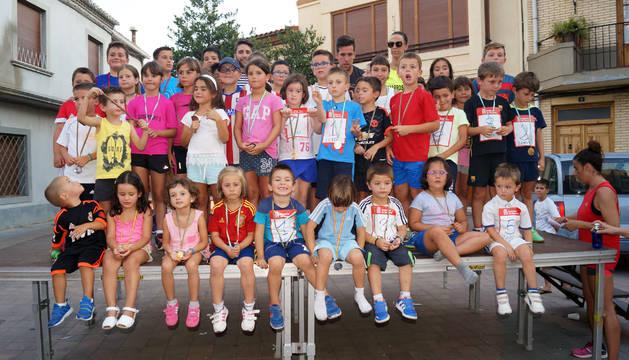Los primeros clasificados infantiles posaron con sus medallas.