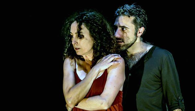 Marga Reyes, en el personaje de Fedra, junto a David Montero, actor que interpreta a Hipólito. Ambos subirán al escenario de La Cava como protagonistas de 'Restos/Fedra' .