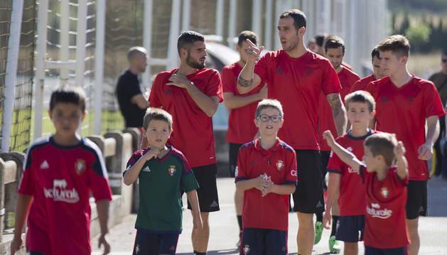 Fran Mérida, Urko Vera y Miguel Olavide encabezan el grupo junto a unos niños en Tajonar.
