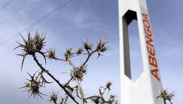Una torre de una planta solar de Abengoa.
