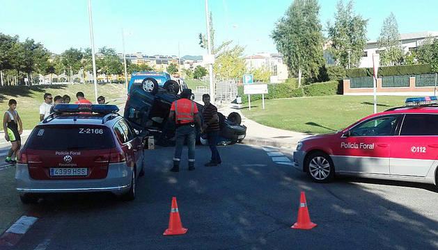 Uno de los dos coches ha volcado tras la colisión.