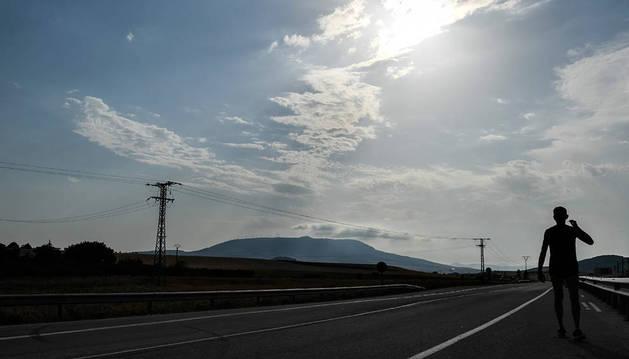 Una persona, en una carretera cerca de Elorz.