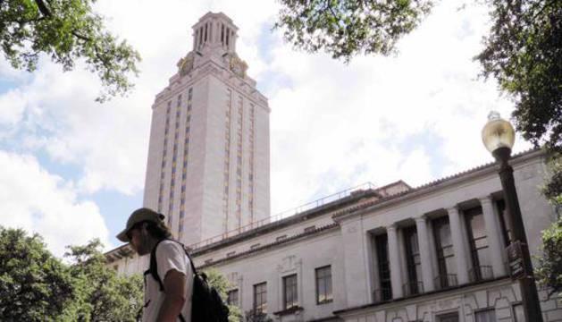 Un estudiante camina por el campus de la Universidad de Texas.