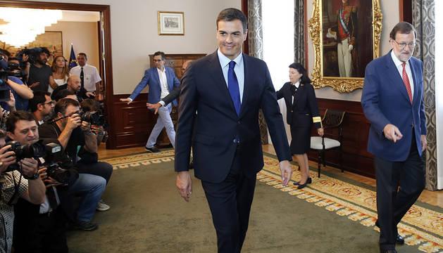 Sánchez y Rajoy, antes de su reunión en el Congreso.
