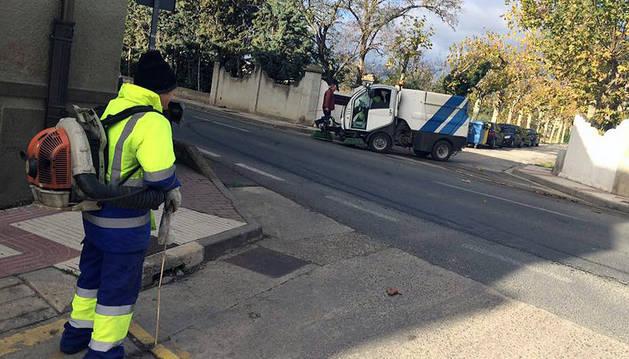 Un operario de limpieza trabaja en una calle de Marcilla.