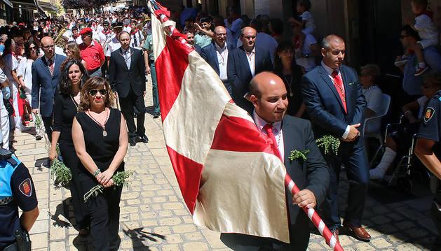 La corporación, el día de la procesión, con el socialista José Ángel Andrés, al fondo en el centro, como máxima autoridad ante la ausencia del alcalde.