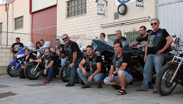 Miembros del motoclub Caballos de Fuego de Ribaforada, junto a sus motos.