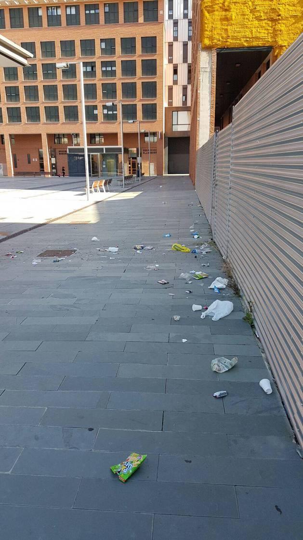 Restos de suciedad que dejan los adolescentes en la plaza.