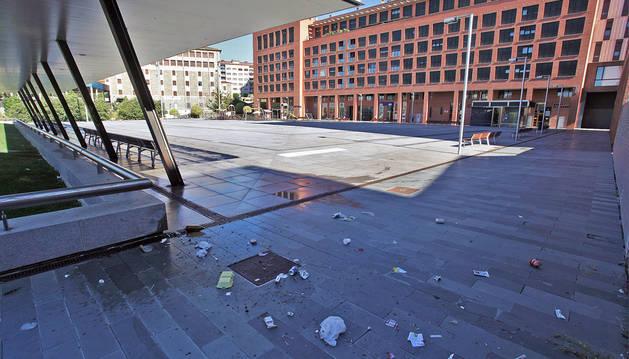 Vista general de la plaza Felisa Munárriz, con un primer plano de suciedad, que también se produce los días laborables.