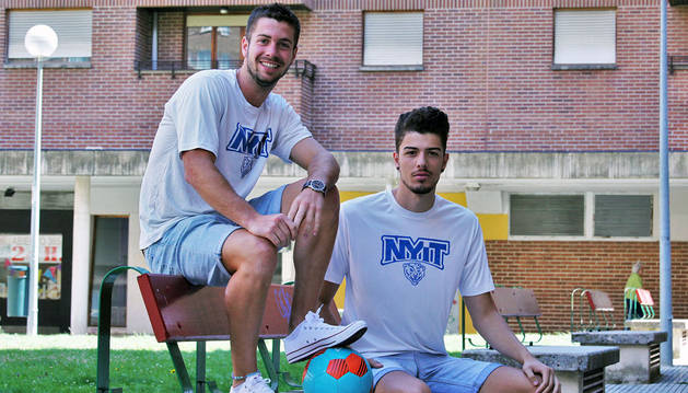 Ion Barbarin y Marcos Enríquez posan juntos con la camiseta de entrenar del equipo del New York Institute of Technology.