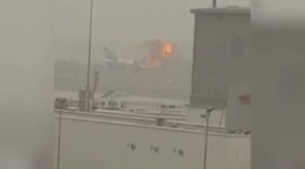 Una explosión en un avión obliga a cerrar el tráfico del aeropuerto internacional de Dubai