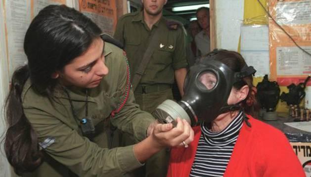 Una mujer israelí se prueba una máscara antigás.