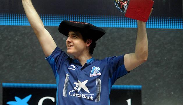 Iker Irribarria, con la txapela de campeón manomanista.