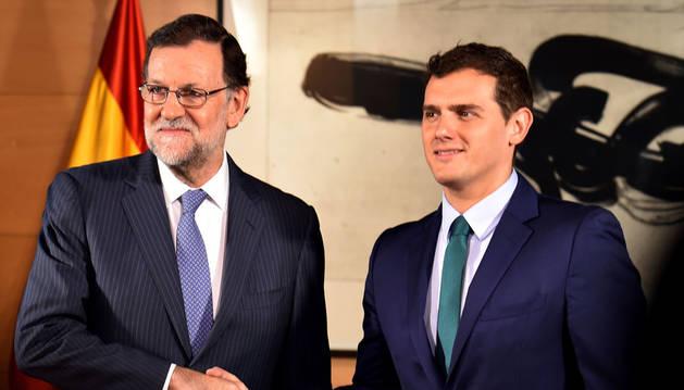 Rivera dice a Rajoy que no se mueve de la abstención y lamenta el bloqueo