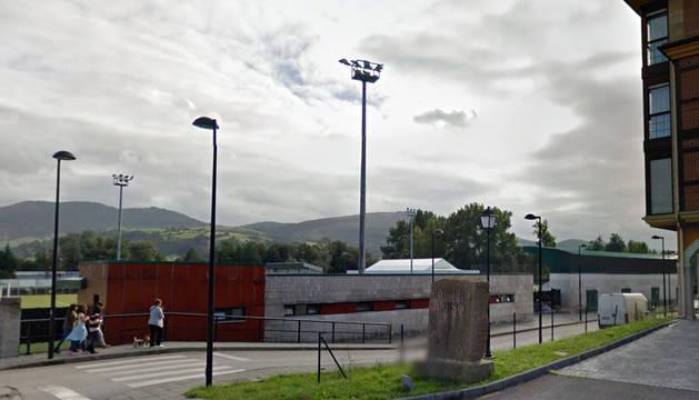Los hechos tuvieron lugar en el exterior del campo de fútbol de Sarón.
