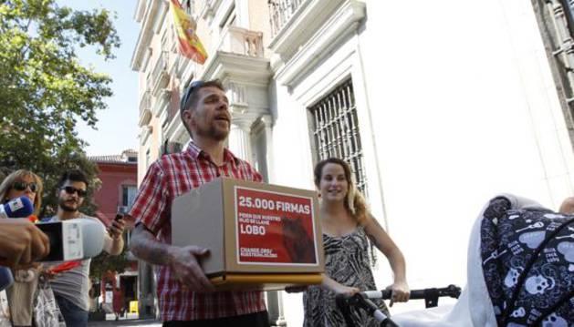 Ignacio Javierre soporta el recurso y las firmas, junto a Lobo y la madre.