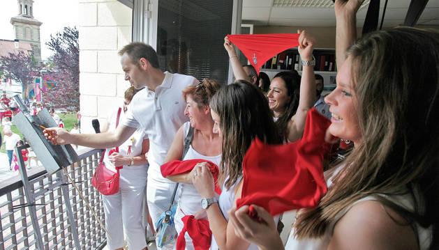 Los miembros de la Comisión de Fiestas de San Martín tiran el chupinazo de las fiestas del casco antiguo.