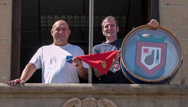 En el balcón consistorial, Javier Nicuesa Santamaría y Karlos Sola Munárriz, con el bombo de La Bota, sujetan el pañuelo de fiestas.