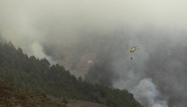 Helicópteros del Gobierno de Canarias participan en las labores de extinción del incendio en La Palma.
