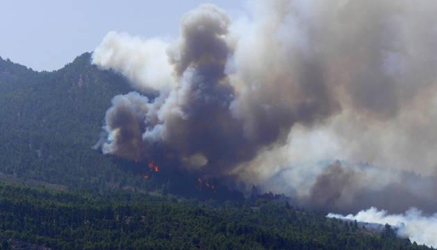 El fuego llegaba a primera hora de la tarde hasta la zona de las Moraditas dentro del Parque Natural de Cumbre Vieja.