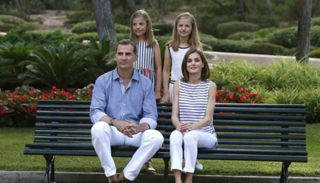 El rey Felipe VI y la reina Letizia posan esta tarde con sus hijas, la princesa Leonor (d) y la infanta Sofía (i), en el Palacio de Marivent.