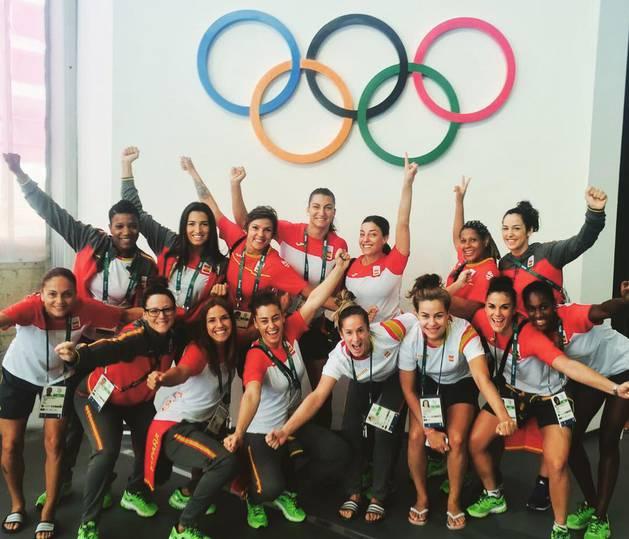 Nerea Pena y Naiara Egozkue, con sus compañeras de selección en Río.