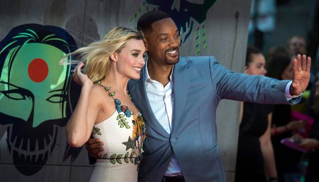 Will Smith posa con Margot Robbie en el estreno europeo de la película estadounidense 'Suicide Squad'.