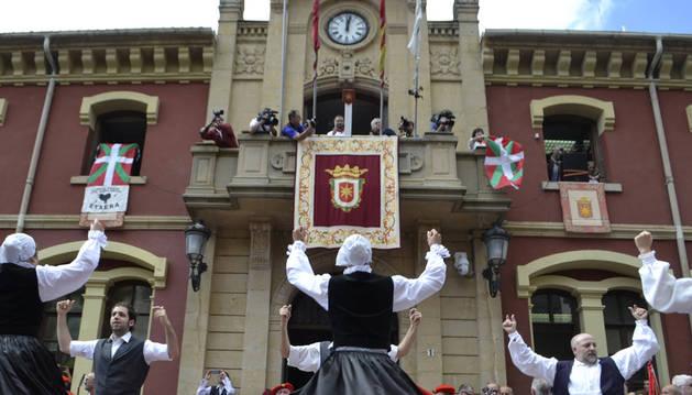 Bildu saca la ikurriña a la fachada del Ayuntamiento