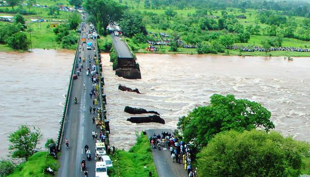 Hallan 14 de los 42 cuerpos desaparecidos por el derrumbe de un puente