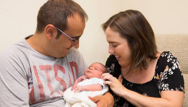 Guillermo Navajas y Estíbaliz Garayoa contemplan al pequeño Javier, nacido el miércoles en el coche.