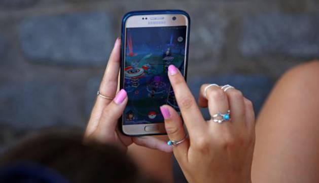 Una joven juega a 'Pokémon GO'.