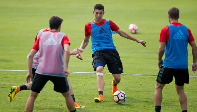 David García pasa el balón a Goran Causic en un ejercicio durante el entrenamiento de ayer.