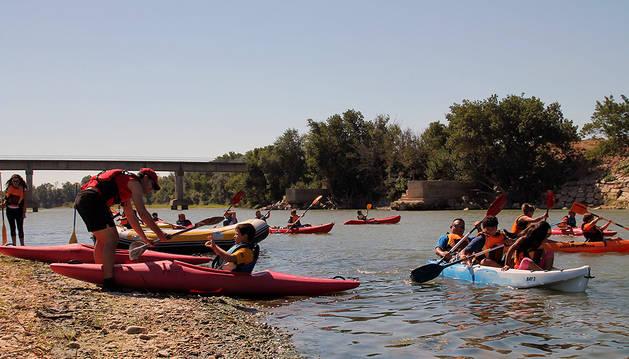 Niños y mayores disfrutan de un paseo en Kayaks por el río Ebro junto a los monitores.