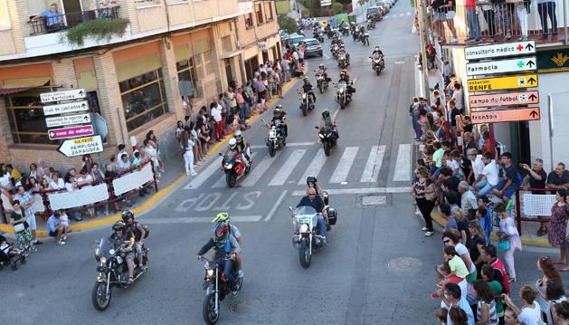 El público contempla el paso de las motos durante el desfile que realizaron por Ribaforada.