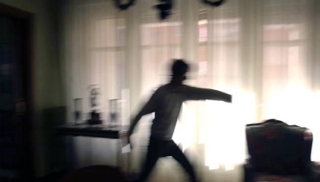 Imagen de un joven agresivo en su domicilio.