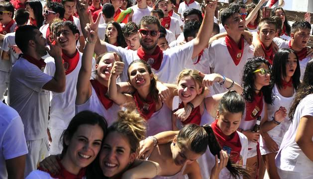 La concejal de festejos, Edurne Arruiz Alfaro, fue la encargada de lanzar el chupinazo