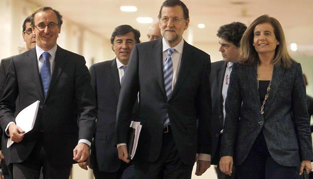 Alonso, Rajoy y Fátima Báñez, en 2012.