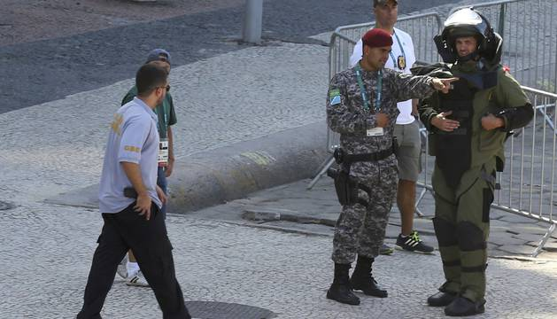 Explosión controlada de una mochila durante la prueba de ciclismo.