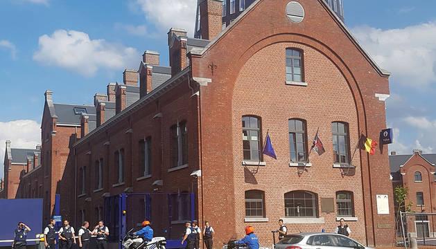Policías en torno a la comisaría de Charleroi donde se ha producido el ataque.
